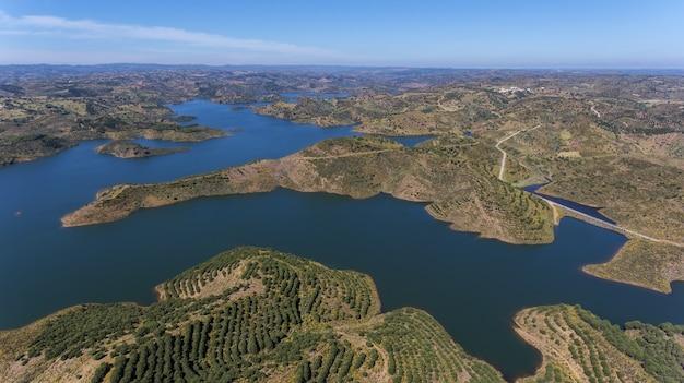 Antenowy. barrage of odeleite. latanie dronem nad jeziorem.