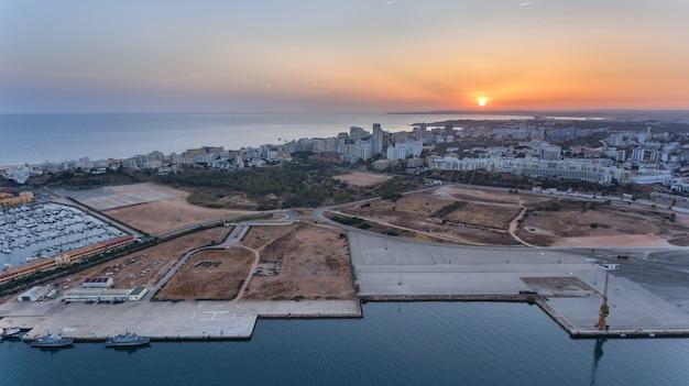 Antenowy. ferragudo o zachodzie słońca, strzelanie z nieba z drona. portimao portugal