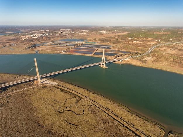 Antenowy. most nad rzeką guadiana w ayamonte. portugalia