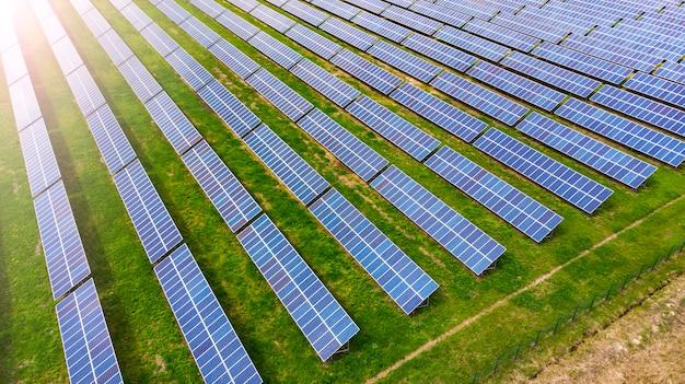 Antenowy. panele słoneczne w polu. widok powyżej z drona.