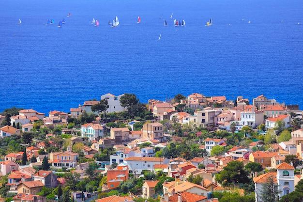 Antenowy panoramiczny widok marsylia miasto z żeglowanie łodziami na morzu śródziemnomorskim w lecie.