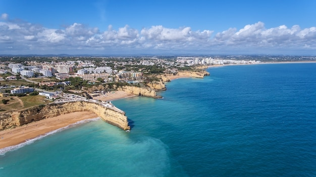 Antenowy. piękne portugalskie plaże armacao de pera, widok z nieba.