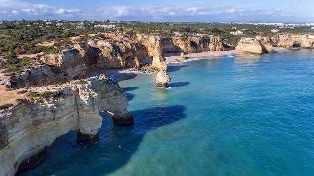 Antenowy. piękne portugalskie plaże marinha, albufeira widok z nieba.