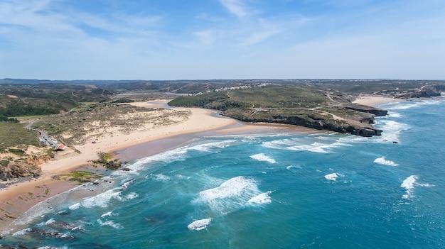 Antenowy. plaża amoreira jest filmowana z nieba. aljezur, portugalia