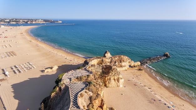 Antenowy. plaża tres castelos i rocha, w portimao, widok z nieba