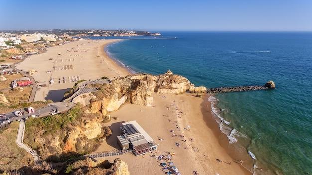 Antenowy. plaża tres castelos, w portimao, widok z nieba