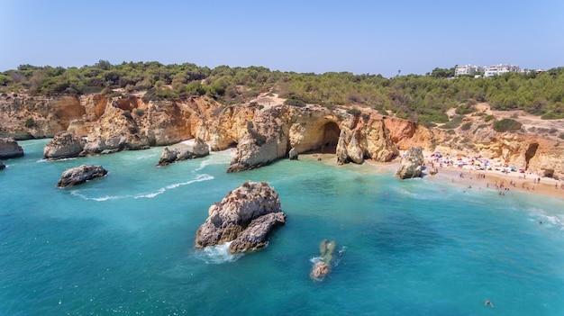 Antenowy. plaże turystyczne portugalskiego miasta portimao. zastrzelony przez drony