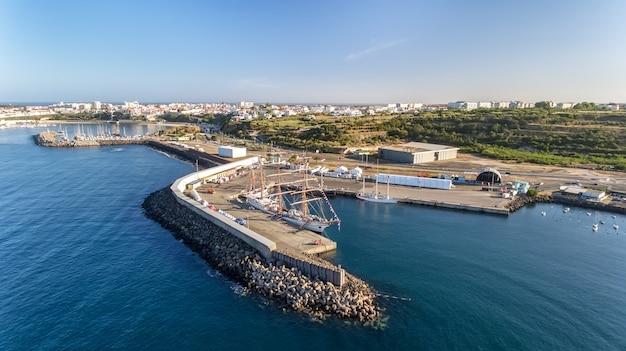 Antenowy. portugalski port morski sinis z żaglówkami w regatach. fotografowanie z drona.