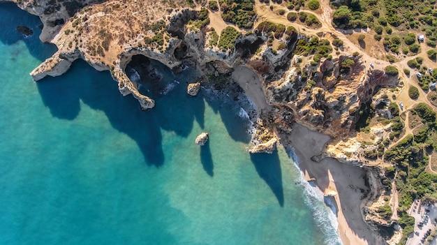 Antenowy. skaliste wybrzeże i plaże w portimao. widok z nieba.