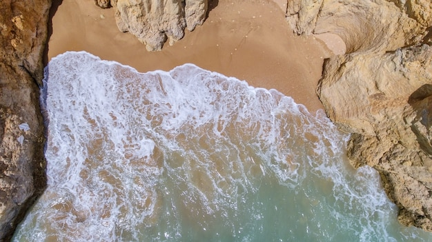 Antenowy. skały i plaże w pobliżu plaż w portimao.