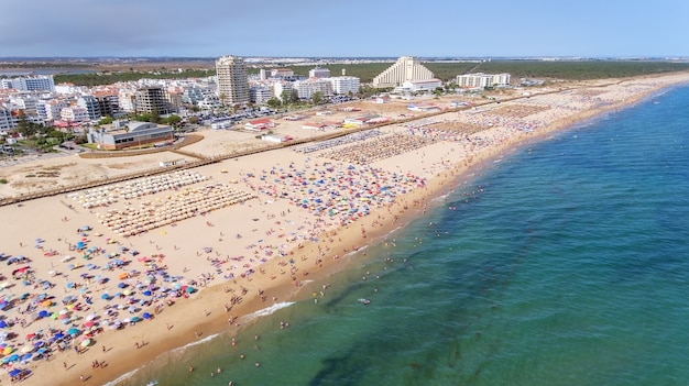 Antenowy. słynne plaże turystyczne miasta monte gordo.