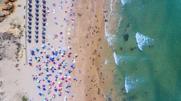 Antenowy. słynne plaże turystyczne w portugalii filmowane z nieba.