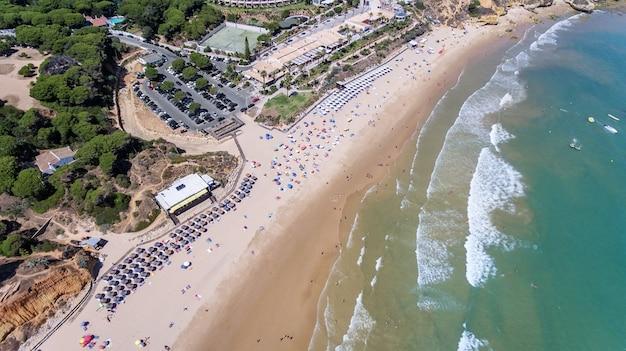 Antenowy. taśmy plażowej w olhos de agua, albufeira.