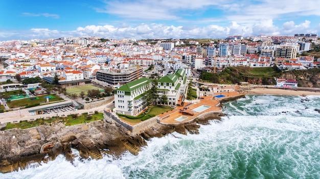 Antenowy. widok z lotu ptaka na wybrzeże i ulice miasta ericeira. lizbona
