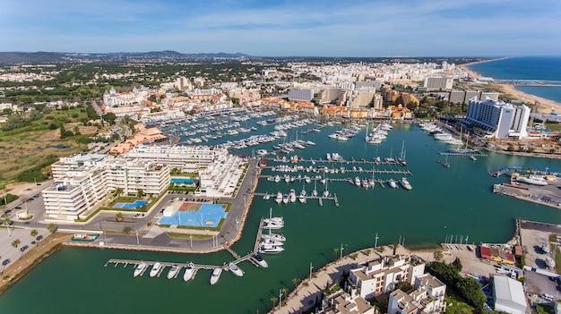 Antenowy. widok z nieba na miejscowość turystyczną vilamoura, marina.