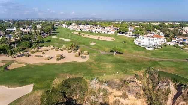 Antenowy. widok z nieba na pola golfowe w turystycznej miejscowości vale de lobo. vilamoura.