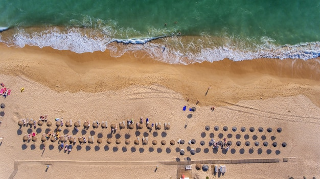 Antenowy. widok z nieba na portugalską plażę w algarve, vale de lobo.