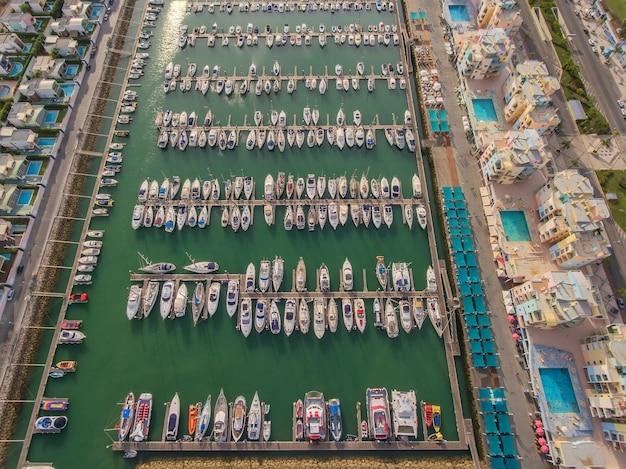 Antenowy. widok z nieba przystani luksusowej mariny z modnymi jachtami.