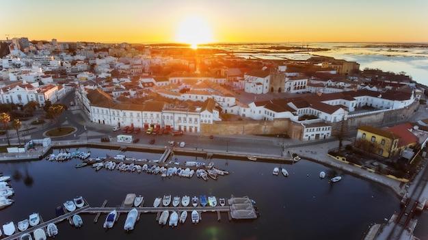 Antenowy. wspaniały wschód słońca nad starym miastem faro w portugalii.