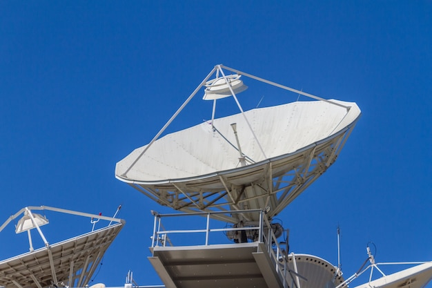 Anteny komunikacyjne skierowane w niebo w centrum rio de janeiro w brazylii.
