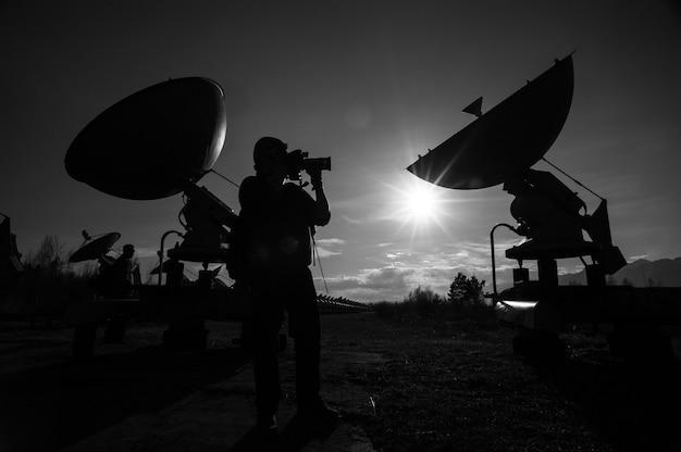 Anteny satelitarne na szczycie w słoneczny dzień.