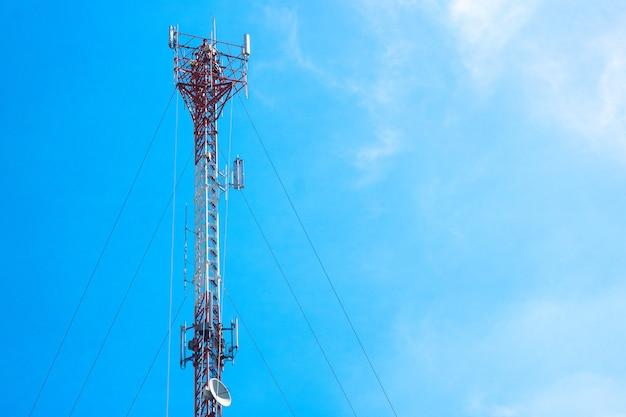 Anteny sieci komórkowej boardcast z błękitne niebo