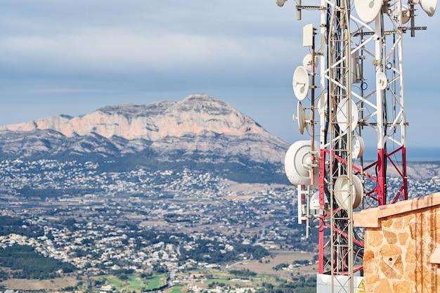 Anteny telekomunikacyjne z niebieskim niebem