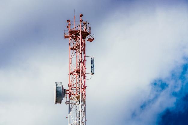 Anteny zainstalowane na żelaznej wieży
