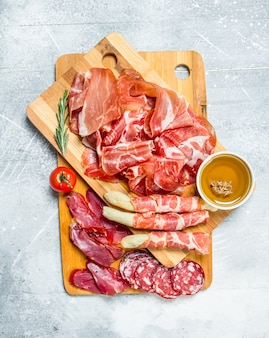 Antipasto różne rodzaje mięs. na rustykalnej powierzchni.