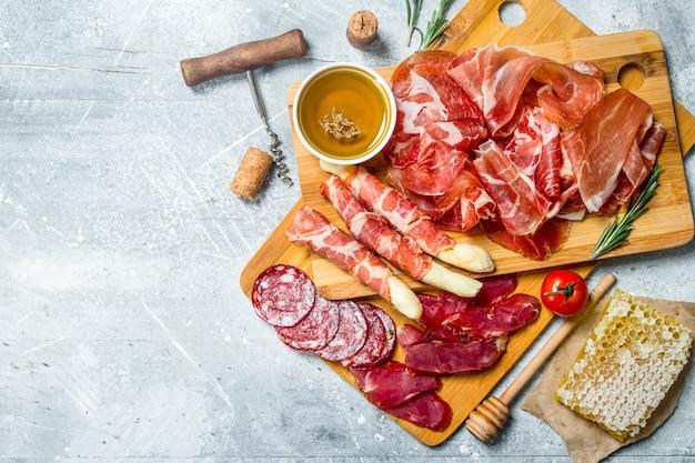 Antipasto różne rodzaje mięs. na rustykalnym.