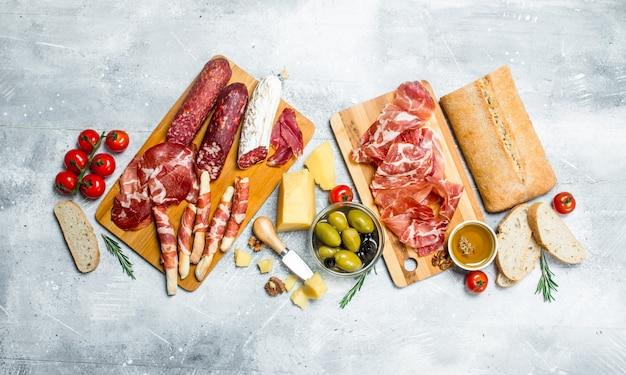 Antipasto. różnorodne włoskie przekąski. na rustykalnym.