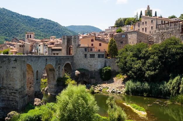 Antique średniowieczne miasto ze starym mostem