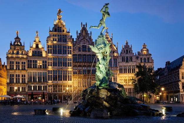 Antwerp grote markt z sławną brabo statuą i fontanną przy nocą, belgia