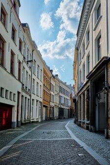 Antwerp ulica z rzędem domów przy starym europejskim miasto portem, belgia