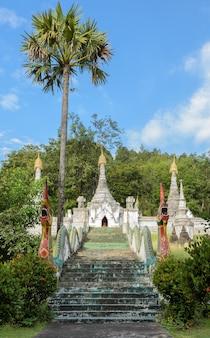 Antyczna biała birmańczyka stylu pagoda w tajlandia