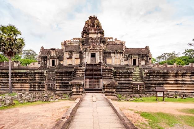 Antyczna buddyjska khmer świątynia w angkor wat, kambodża.