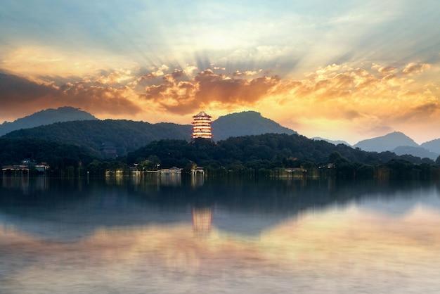 Antyczna chińska pagoda przy zmierzchem, zachodni jezioro, hangzhou, chiny