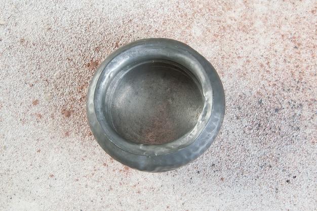 Antyczna cyna cukrowa na betonie