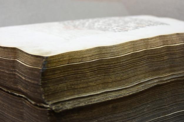 Antyczna duża książka z starym żółtych stron zbliżeniem