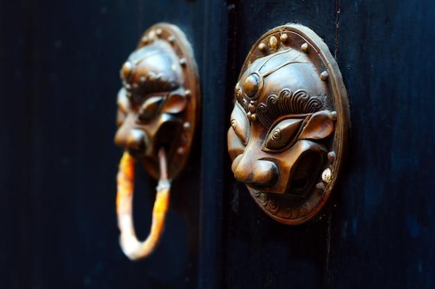 Antyczna orientalna kołatka do drzwi