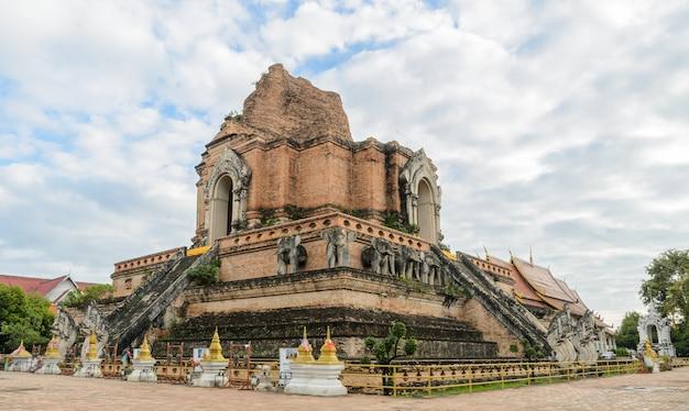 Antyczna pagoda przy wata chedi luang świątynią w chiang mai, tajlandia