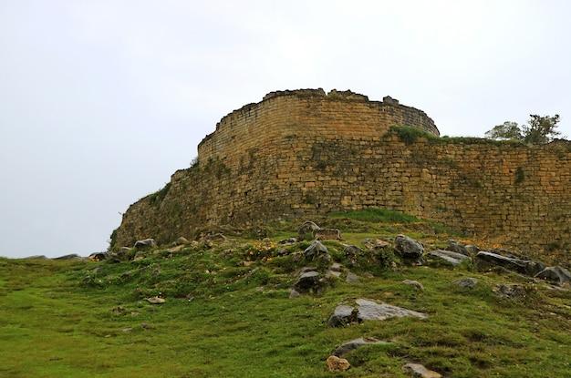 Antyczna ściana kuelap archeologiczny miejsce na halnym wierzchołku w amazonas regionie, północny peru