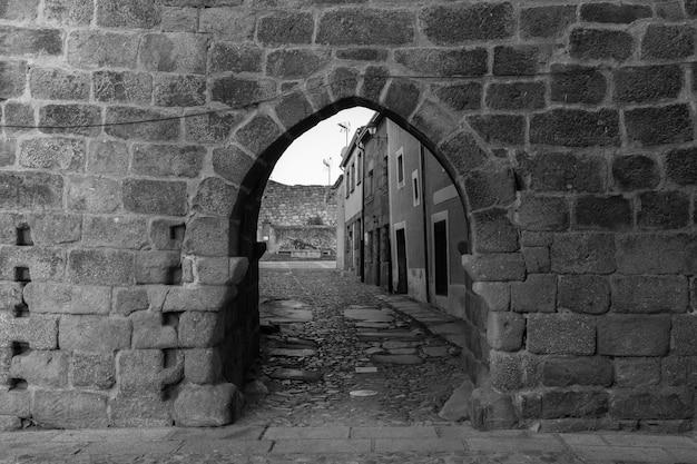 Antyczna średniowieczna brama w historycznym miasteczku san felices de los gallegos.