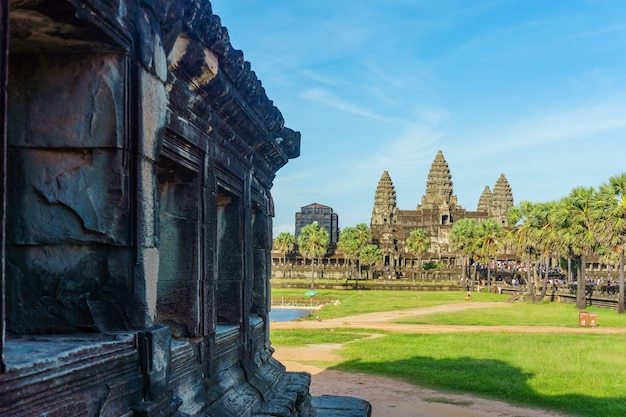Antyczna świątynia angkor wat z naprzeciw jeziora, siem przeprowadza żniwa, kambodża