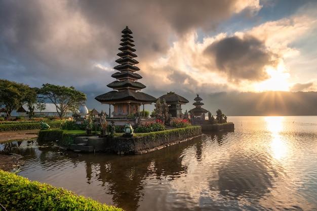Antyczna świątynia (pura ulun danu bratan) z światłem słonecznym przy rankiem
