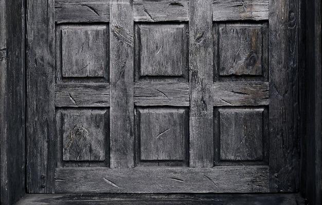 Antyczne drewniane drzwi w ciemnym kolorze.