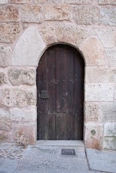 Antyczne drewniane drzwi wykonane ręcznie