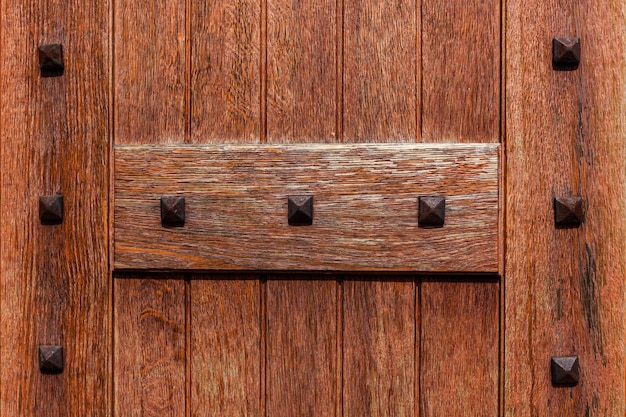 Antyczne drzwi antyczne drewniane drzwi kościoła z bliska