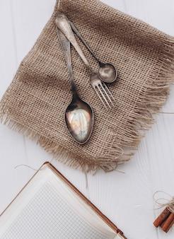Antyczne łyżki srebrne i sztućce. srebrne łyżki i widelce na drewnianym tle