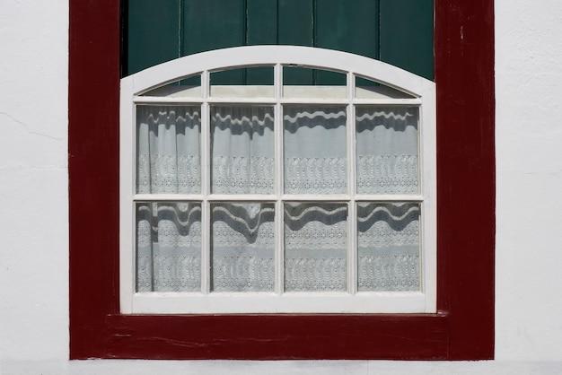 Antyczne okno ozdobione koronkową zasłoną